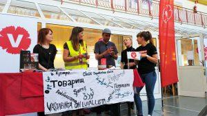 Vänsterpartiet Ö-viks och Ung Vänsters bokbord med volontärer under Nolaskolans valmingeldag.